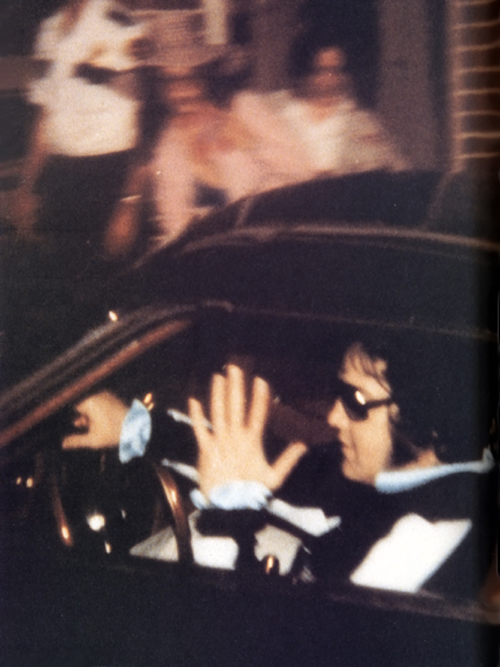 Elvis Presley Last Photo Graceland Gates August 16, 1977