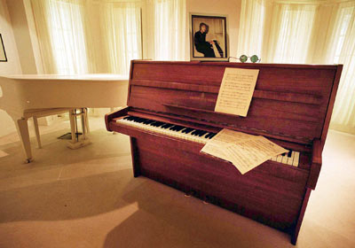john-lennons-steinway-model-z-piano_george_michael
