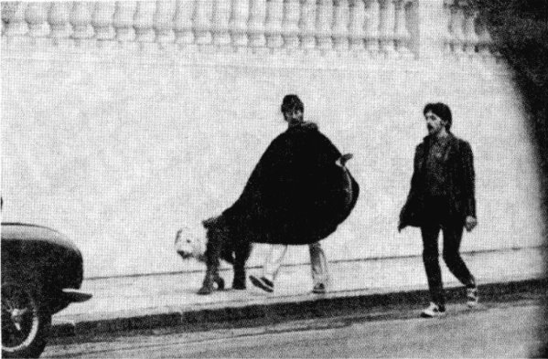 john_lennon_paul_mcCartney_walking_dog_martha