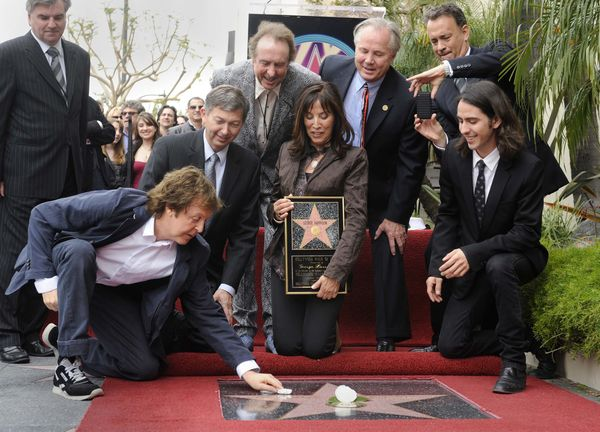 paul_mccartney_at_george_harrison_walk_of_fame_ceremony_tom_hanks