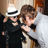 Liam Gallagher Kissing Yoko Ono Meeting