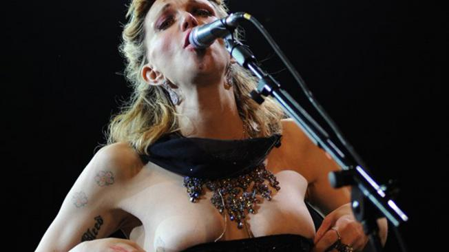 courtney-love-nude-on-stage-black-pointy-tits-pics
