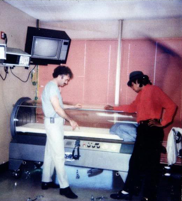 Michael Jackson 1986 Hyperbaric Chamber & Q. Why Was Michael Jackson Sleeping In A Hyperbaric Chamber Such A ...