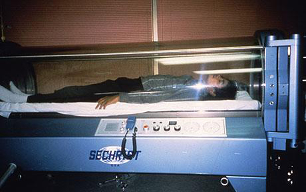 MIchael Jackson Sleeping In Oxygen Chamber 1986